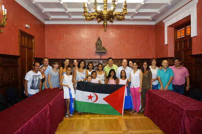 Los niños saharauis fueron recibidos en el Ayuntamiento ayamontino.