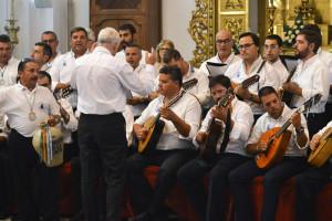El Coro de los Campanilleros a los pies del altar cantándole a la Cinta