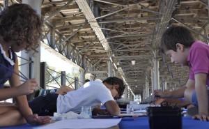 Los niños dibujan en el Muelle de la Compañía Riotinto.