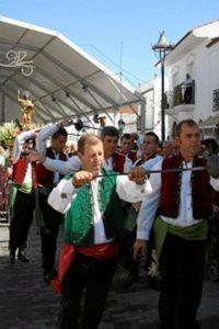 La Danza de las Espadas acompaña a la procesión del santo el 24 de agosto.