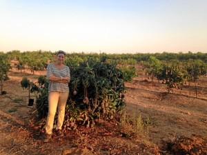 Pilar anima a los onubenses a demandar productos de Huelva.