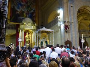 La patrona preside ya el altar de la Parroquia de Moguer.