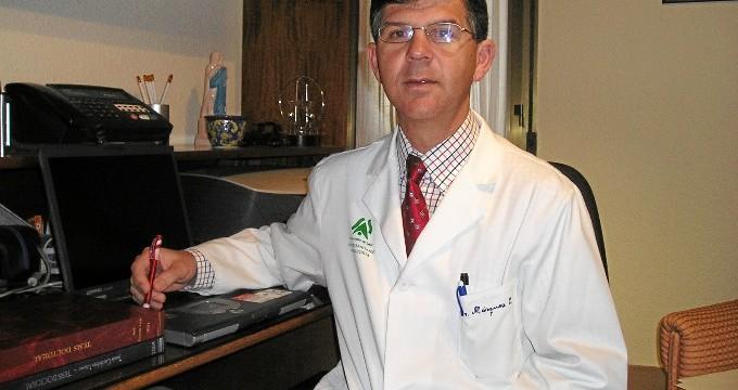 El doctor onubense Emilio Márquez coordina una investigación pionera para mejorar el control de la hipertensión a través de una app