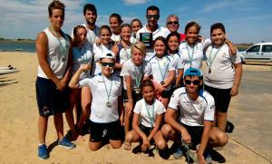 Los representantes del Real Club Marítimo de Huelva con sus medallas.