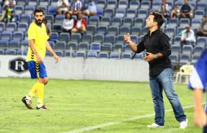 Jose Dominguez da instrucciones a sus jugadores durante el partido. / Foto: Josele Ruiz.