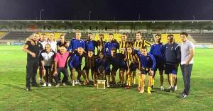 Los jugadores sanroquistas, con el trofeo conquistado. / Foto: @SanRoqueLepe.