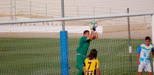 Josemi, ex del San Roque ahora en las filas del Algeciras, detiene un balón. / Foto: @SanRoqueLepe.