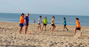 Un momento de uno de los entrenamientos del Sporting en la playa.