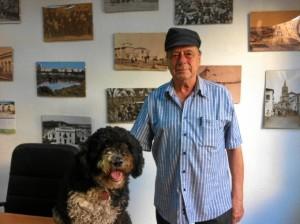 Alfonso Aramburu, con Chica, en la redacción de HBN.