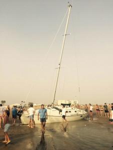 La embarcación quedó atrapada en la noche de este sábado 29 de agosto. / Foto: L. C.
