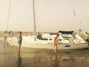 Muchos curiosos se han acercado a ver la embarcación. / Foto: L. C.
