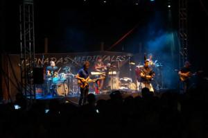 Hevia y su sus músicos durante la actuación.