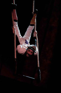 El trapecio, otra de sus habilidades de clown.