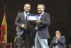 Miguel Ollero recibe un reconocimiento como autor del cartel de este año de manos del alcalde.