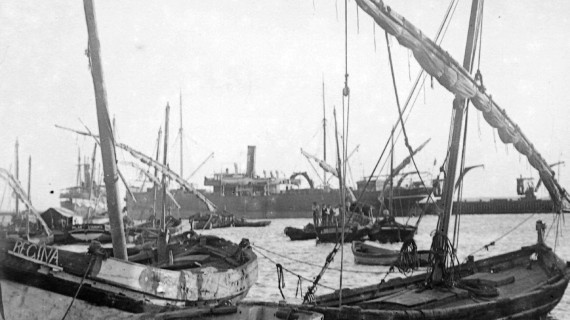 Barcos en el muelle sur en la tercera década del siglo XX