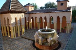 Reproducción del Patio de los Leones de la Alhambra de Granada.