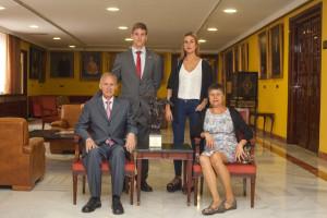 El científico, con su familia, tras recibir en 2014 el Premio Fama de la Universidad de Sevilla por su trayectoria investigadora.