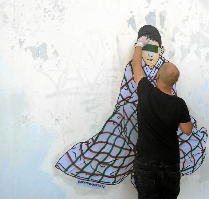 Garrido Barroso pintando una de sus creaciones.