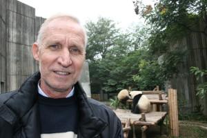 El investigador onubense en el centro de pandas gigantes en cautividad de  la ciudad china de Chengdu (Giant Panda Breeding Base, GPBB).