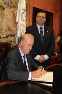 Firmando en el libro del ayuntamiento.