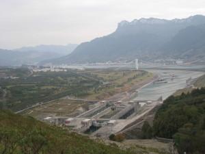 Imagen de la visita del investigador a la presa de las Tres Gargantas, planta hidroeléctrica más grande del mundo, en la que grupo está involucrada en un proyecto de diagnosis de fallos.