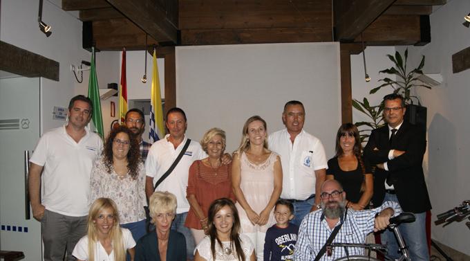 Las autoridades locales junto a los empresarios participantes en las jornadas.