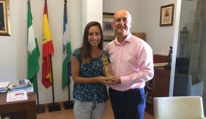 La marchadora lepera, Laura García Caro, junto al alcalde, Juan Manuel González.