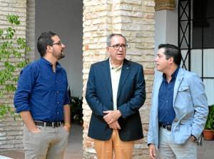 (De izq a derecha) Manuel J. Morano, concejal de Turismo y Cultura; Pedro Cantalejo; y J. Jose Fondevilla, jefe de Bienes Culturales de la Delegación Territorial de Cultura de la Junta de Andalucía.