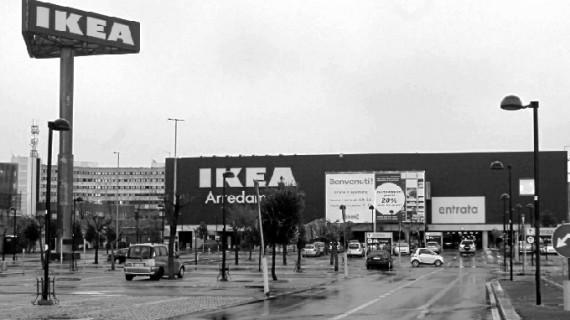 Ikea Huelva se dio un baño de masas con degustación de productos suecos