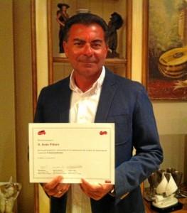 Con el certificado que le acredita haber sido parte del proyecto de la multinacional cárnica.