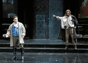 El onubense en el papel de Angelotti en la obra 'Tosca' , junto a l tenor Teodor Ilincai.