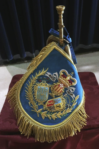 Mantolín con el escudo bordado de la Banda de la Merced