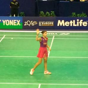 Carolina Marín saluda tras ganar a Iris Wang en el Open de Francia. / Foto: @FFBaD.