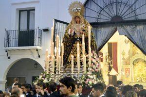La Virgen de la Caridad abandonando ayer la Capilla de la Hermandad del Rocío de Huelva