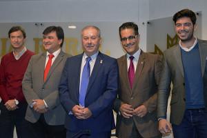 Gabriel Cruz y Antonio González junto al pregonero, cartelista y hermano mayor de la Buena Muerte