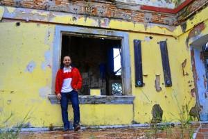Alberto, junto a la casa. / Foto: Pablo Sayago.