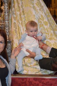 Otro niño, ante la Virgen.