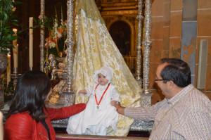 Un bebé, en el manto de la Virgen.