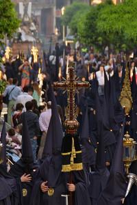 La Hermandad de la Santa Cruz por Ginés Martín, una imagen ya para la memoria de la Semana Santa onubense