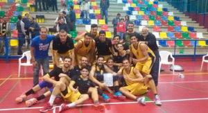 Los jugadores del Huelva, con el trofeo conquistado en San Juan del Puerto. / Foto: @PrensaEBenitez.