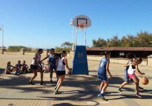 Jóvenes jugando al baloncesto.