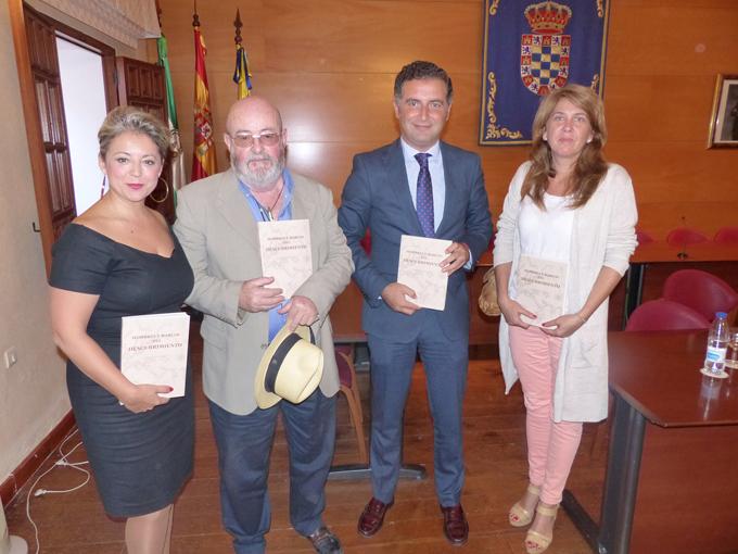 Las autoridades junto al autor Leopoldo Gorostiza sostienen ejemplares del libro presentado.
