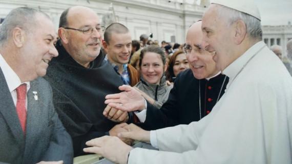 El Papa Francisco recibe un pergamino de las Hermandades de Penitencia de Huelva