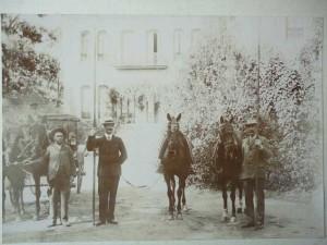 Los doctores Mackay y Macdonald en la Casa Colón de Huelva en la segunda década del siglo XX. / Foto: Grupo 'Ayer y Hoy' de facebook para el concurso 'La Huelva de Siempre'.