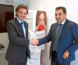 Este modelo ya se está aplicando en algunos hoteles de Huelva con muy buenos resultados. En la imagen, Antonio Montaño con el director general del hotel Confortel.