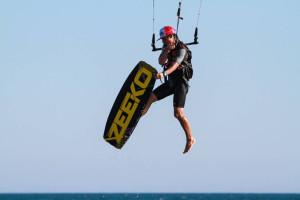 La publicación destaca que las aguas onubenses son ideales para iniciarse en el kitesurf.