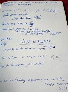 El onubense lleva el nombre de Huelva allá donde va. En la foto, libro de visita en una iglesia de Maastricht (Holanda).