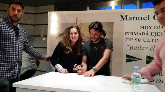 Huelva se rinde ante Manuel Carrasco durante la firma de su nuevo disco