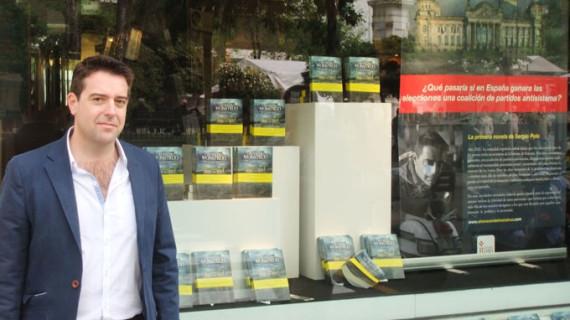El escritor onubense Sergio Polo consigue que su novela presida la fachada del principal centro comercial de Callao, en Madrid