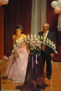 """Uno de los elementos del ritual es el denominado """"candil de los deseos"""" , donde la joven fue apagando las quince velas pidiendo un deseo por cada una."""